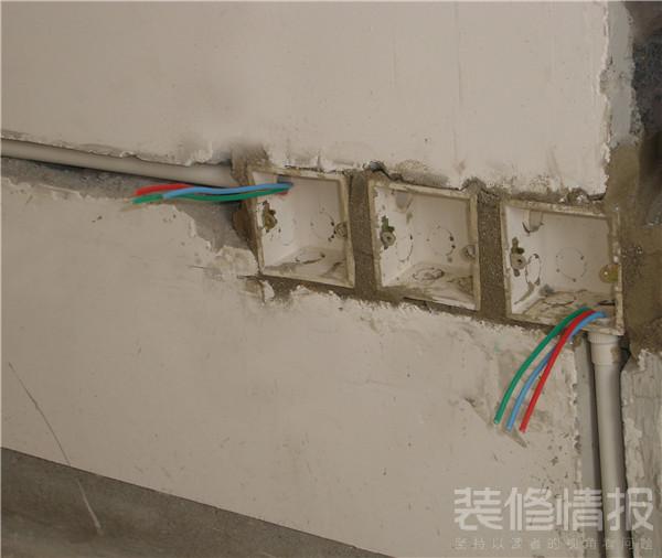 一、家用电线规格 家庭装修中,布线要涉及强电(照明、电器用电)和弱电(电视、电话、音响、网络等)电路线埋暗线,因此线材很重要。在电线规格的选用上,家庭装修中,按国家的规定,照明、开关、插座要用2.5平方的电线,空调要用4平方的电线,热水器要用6平方的电线。  二、电路布线的基本原则 水电的施工原则就是,走顶不走地,顶不能走,考虑走墙,墙也不能走,才考虑走地,走顶的线在吊顶或者石膏线里面,即使出了故障,检修也方便,损失不大,如果全部走地了,检修就要指导地板掀起来,地面是混凝土结构,要埋线管,必然会伤害到混凝